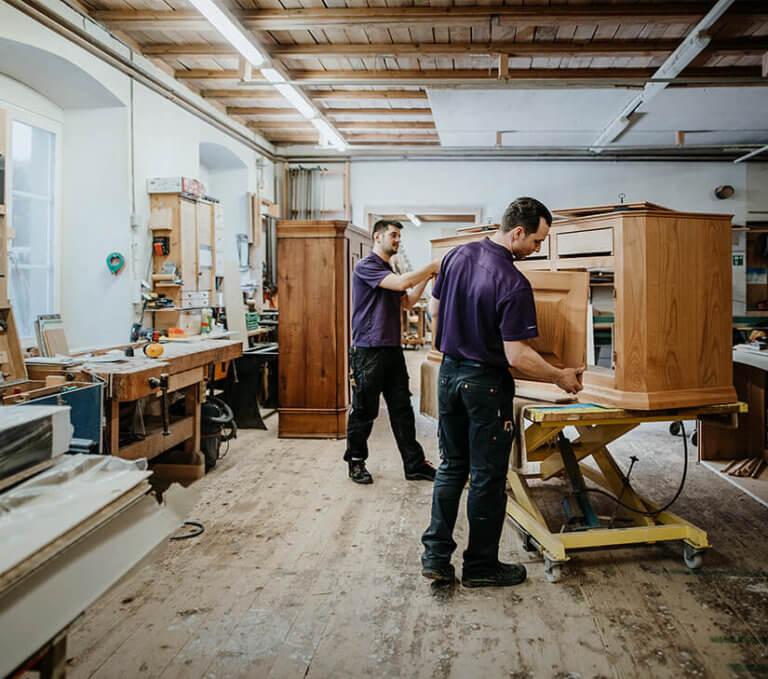 Schreiner bei der Holzverarbeitung