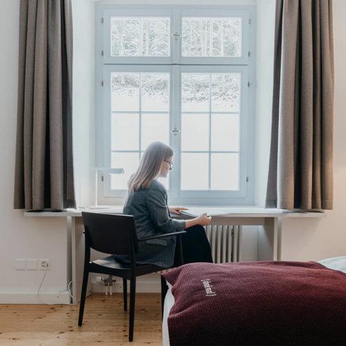 Auszeit im Kloster Fischingen, Frau liest in Zimmer