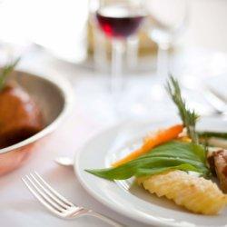 Gericht auf Tisch in Restaurant